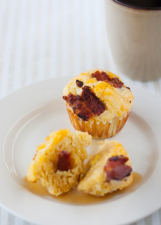 Bacon and Egg Cornbread Muffins - www.platingpixels.com