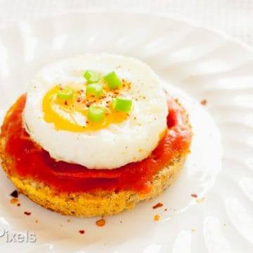 Sunny-Side Up Egg and Pizza Breakfast Muffins - www.platingpixels.com