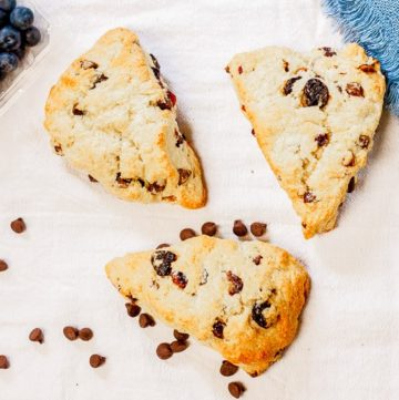 Dark Chocolate Blueberry Scones - www.platingpixels.com
