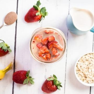 Chocolate Strawberry Overnight Oats recipe - www.platingpixels.com