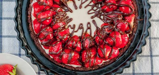 Strawberry Hazelnut No Bake Cheesecake recipe - www.platingpixels.com